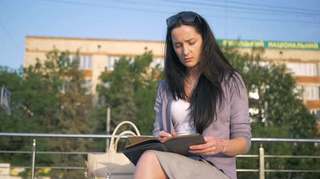 substituição : Business lady opens her diary and starts writing. Work in the fresh air. The girl replaces gadgets with a notebook. Stock Footage
