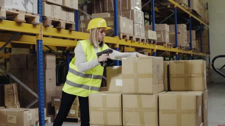 сканирование : Woman warehouse worker with barcode scanner.