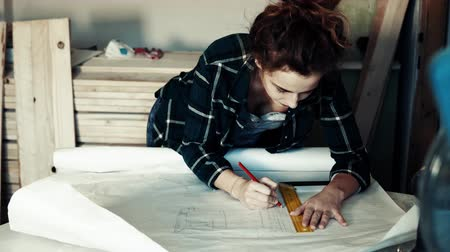 craftsperson : Small business of a young woman.