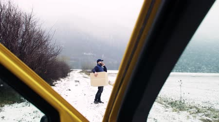 errado : Delivery man with smartphone delivering parcel box to recipient. Stock Footage
