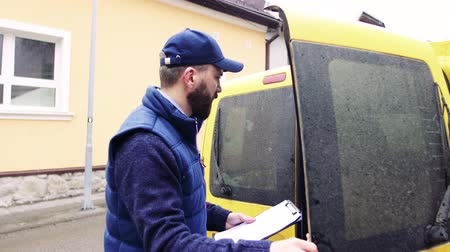 koerier : Delivery man delivering parcel box to recipient.