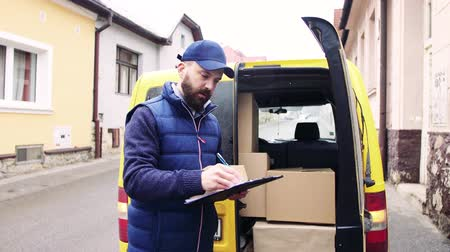 ekspres : Delivery man delivering parcel box to recipient.