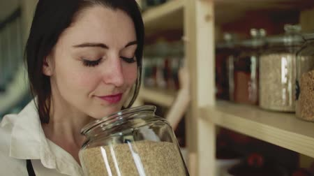 kurutulmuş : A young woman shop assistant working in a zero-waste store. Slow motion. Stok Video