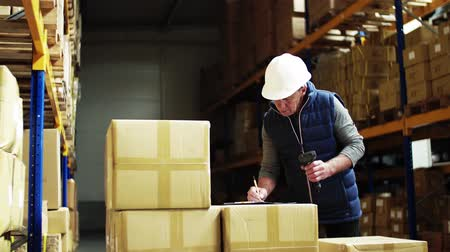 отправка : Portrait of a senior male warehouse worker or a supervisor with barcode scanner.