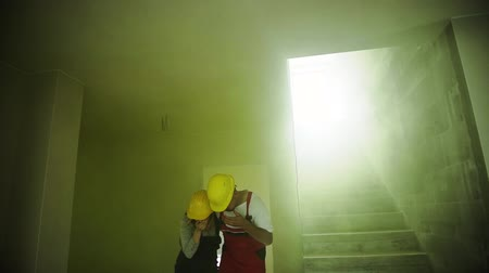 flee : Woman and man workers suffocating at the construction site. Stock Footage