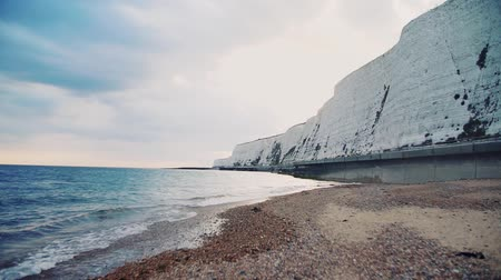 yedi : Sea and beach with chalk cliffs in Brighton, England.