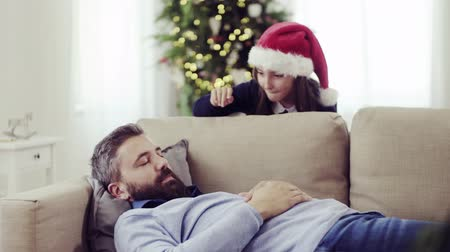 bochechudo : A small girl wakes up her sleeping father at Christmas time, hiding.