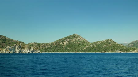takımadalar : Sailing alongside the islands in the sea Stok Video