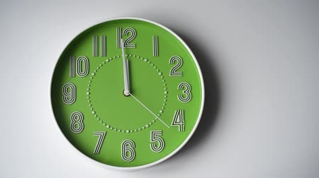 секунды : Round wall clock on a white background. The second hand makes one full revolution. sixty seconds. 60 seconds