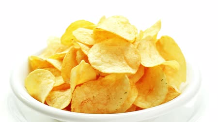 papa : Potato chips heap rotating on a white plate, closeup view Vídeos