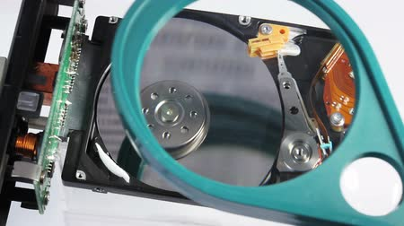 duro : Working hard disk drive (hdd) under diagnostic with magnifying glass, macro