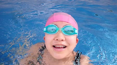 gimnazjum : Japanese girl swimming the breaststroke in the swimming pool