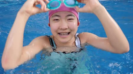 gimnazjum : Japanese girl doing the butterfly in the swimming pool