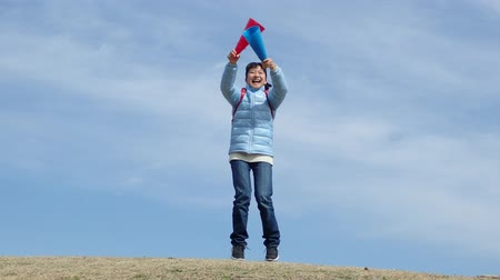 gimnazjum : Japanese elementary school girl cheering with megaphone in the blue sky