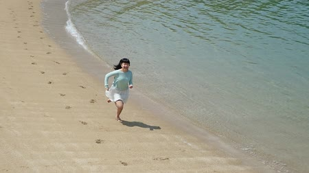 Japanese girl running in the beach Wideo