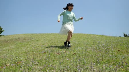 ferahlatıcı : Japanese girl running down the slope in the blue sky Stok Video