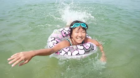 Japanese girl enjoys sea bathing Wideo