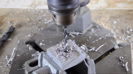 moagem : Drilling into a block of metal