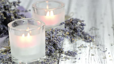 gyertyák : Candle with the breath of Lavender and some dried lavender plants