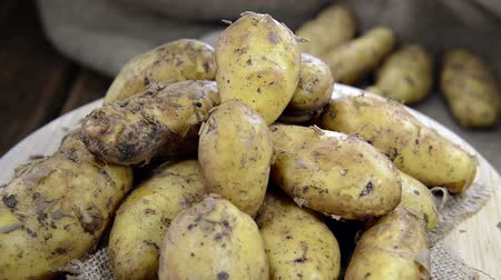 ve slupce : Heap of raw Potatoes (not loopable full HD video)