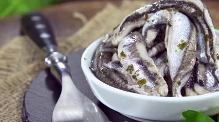 tarte salée : Portion d'anchois marinés (seamless loopable métrage 4K UHD)