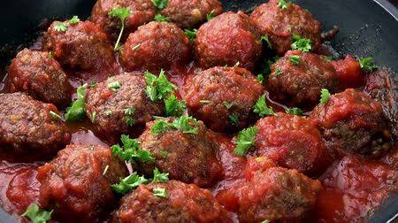 говядина : Portion of Meatballs with tomato sauce as not loopable high detailed 4K UHD footage