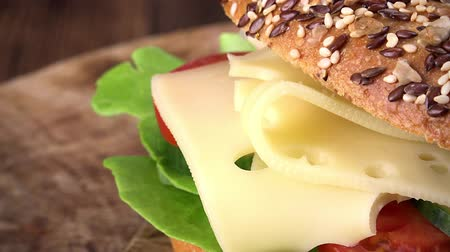 гауда : Some Bagel with Cheese as seamless loopable detailed 4K UHD footage Стоковые видеозаписи