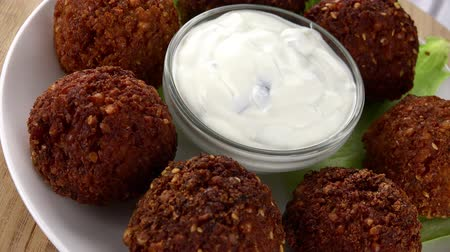 bezelye : Fresh made Falafel (rotating) as seamless loopable 4K UHD footage) Stok Video