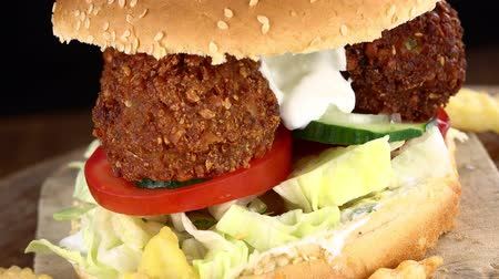 hamburguer : Hamburguesa giratoria de falafel con papas fritas (no loopable; 4K) Archivo de Video