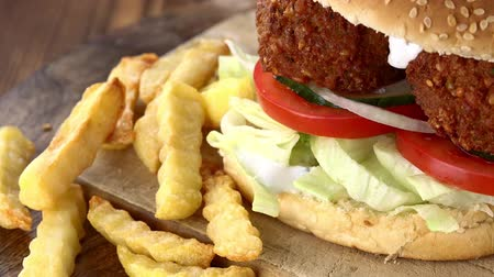 bezelye : Falafel Burger as detailed 4K UHD footage (seamless loopable) Stok Video