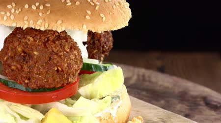 bezelye : Fresh made Falafel Burger (rotating) as seamless loopable 4K UHD footage) Stok Video