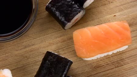 camarão : Sushi (with Soy Sauce) rotating on a wooden plate (not loopable; 4K) Vídeos