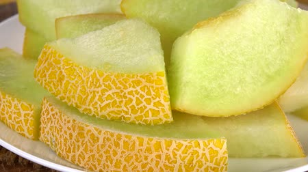 мускусная дыня : Chopped Honeydew Melon as not loopable roating 4K UHD footage