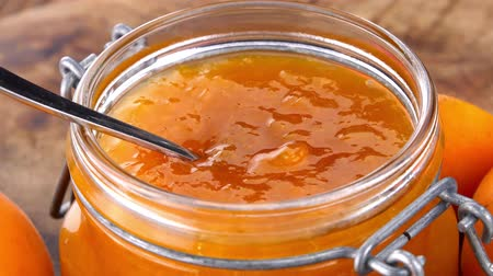 morele : Apricot Jam (rotating on a wooden plate; seamless loopable; 4K) Wideo