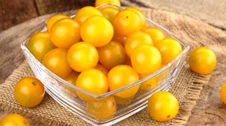 tomate cereja : Homemade Yellow Tomatoes (rotating) as detailed 4K UHD footage (seamless loopable) Stock Footage