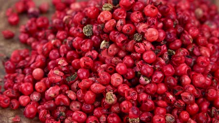 pimenta em grão : Pink Peppercorns as detailed 4K UHD footage (seamless loopable) Stock Footage