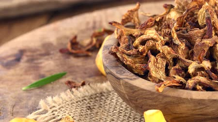 funghi secchi : Dried Chanterelles as detailed 4K UHD footage (seamless loopable)