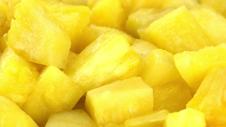 ovocný : Fresh made Sliced Pineapple (rotating) as seamless loopable 4K UHD footage)
