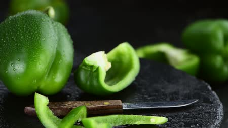 ardesia : Fresh green rotating peppers as 4K not seamless loopable footage Filmati Stock