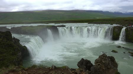 scoprire : The famous Godafoss waterfall in northern Iceland during summertime