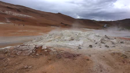 geiser : The Hverir Geothermal Area near Myvatn in northern Iceland Stockvideo