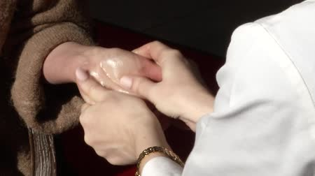 akupresura : Manual massage of hands and oil