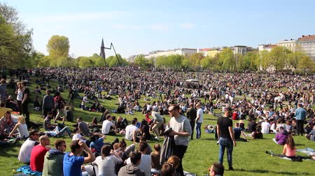 lehet : Berlin, Germany - may 01, 2016: Crowded park (Goerlitzer Park) in Berlin, Kreuzberg during may day  labor day on the first of may.