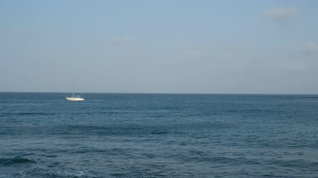 que vale a pena : Ocean horizon and sailing boat - seascape and blue sky