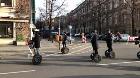 atravessar : Group of tourists driving on segway sightseeing tour in Berlin, Germany