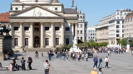 купол : People at the French Cathedral at Gendarmenmarkt
