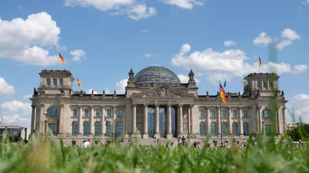 político : German government building, the Reichstag building (German Bundestag) on a sunny day Vídeos