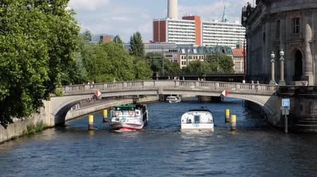 pitka : Summer day cityscape with people and boats near river Spree and Museum Island in Berlin Dostupné videozáznamy