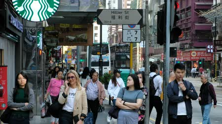 área de trabalho : People walking on crowded street in Hong Kong. City traffic in business district