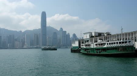 centrální čtvrť : Star ferry boat on Victoria Harbor and skyline view of Hong Kong Island